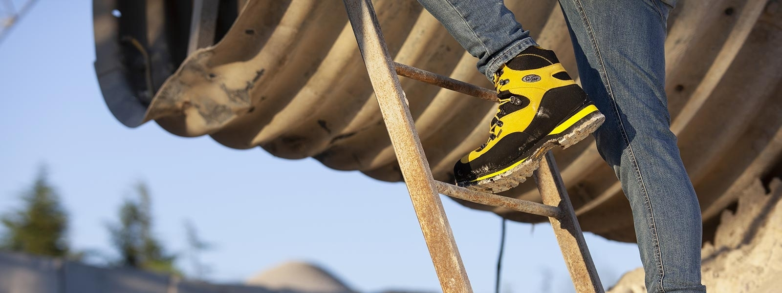 Mountain safety shoes with cramponable Vibram sole